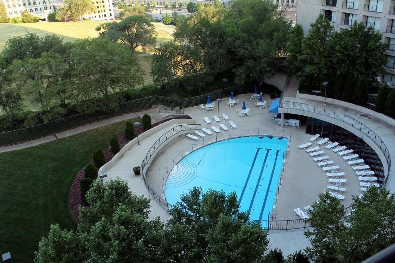 hotel pool_r